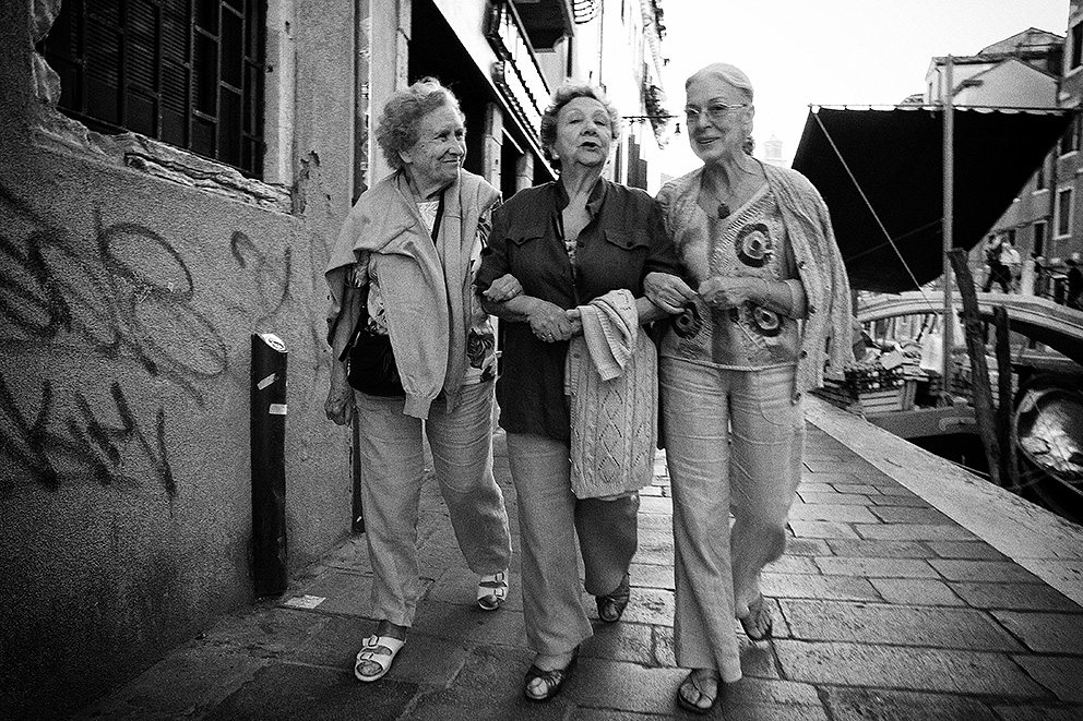 3 venetian ladies How to Shoot from the Hip