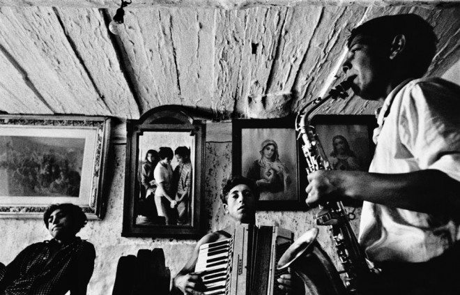 CZECHOSLOVAKIA. Slovakia. Velka Lomnica. 1963. Gypsies.  660x423 10 Lessons Josef Koudelka Has Taught Me About Street Photography