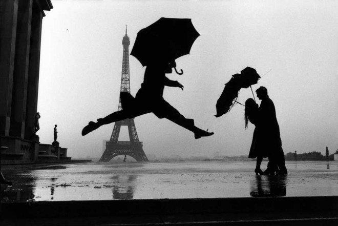 Elliott Erwitt Paris 1989 centième anniversaire de la Tour Eiffel 660x441 25 Practical Tips from Elliott Erwitt for Street Photographers